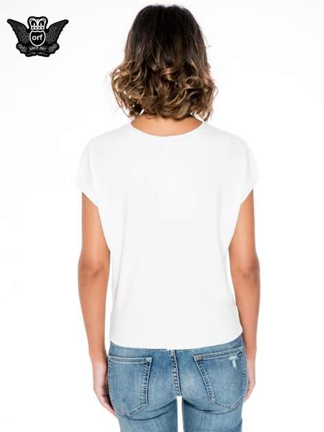 Ecru krótki t-shirt z nadrukiem sylwetek kobiet                                  zdj.                                  4