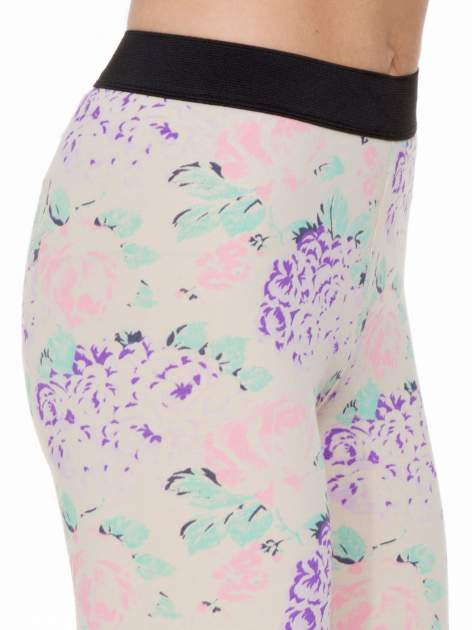 Ecru legginsy we wzór floral print z elastyczną gumą w pasie                                  zdj.                                  6