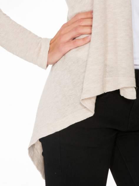 Ecru otwarty sweter z kaskadowymi bokami                                  zdj.                                  6