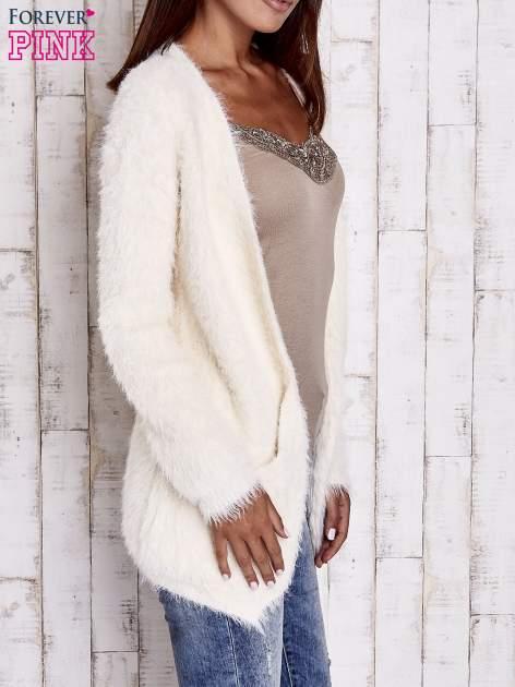 Ecru puszysty sweter z bocznymi kieszeniami                                  zdj.                                  3
