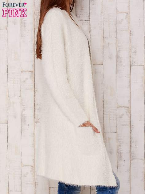 Ecru puszysty sweter z otwartym dekoltem                                  zdj.                                  3