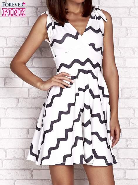 Ecru rozkloszowana sukienka w graficzne wzory