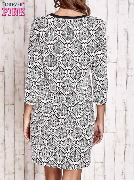 Ecru sukienka z graficznym wzorem i kieszeniami                                   zdj.                                  4