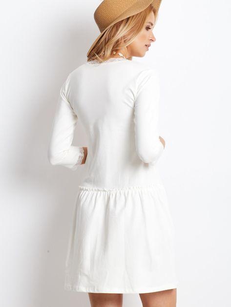 Ecru sukienka z koronką przy dekolcie                              zdj.                              2