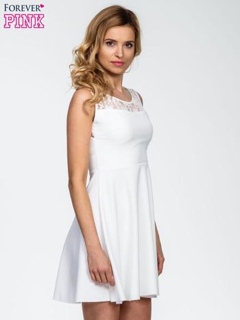 Ecru sukienka z koronkowym wykończeniem i dekoltem na plecach                                  zdj.                                  3