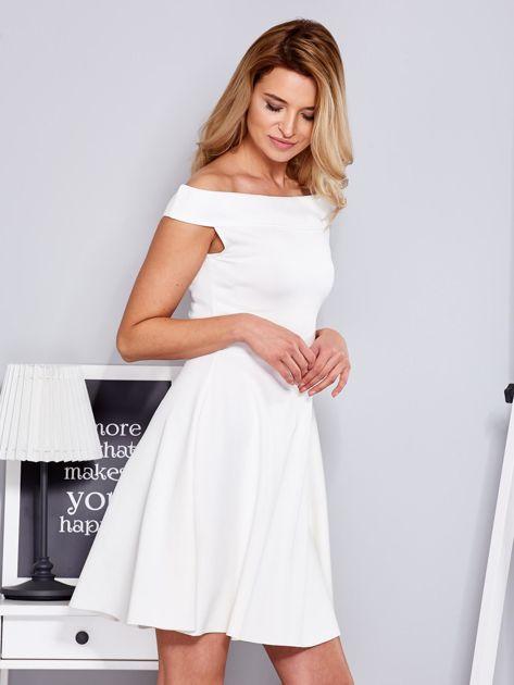 Ecru sukienka z odsłoniętymi ramionami                                  zdj.                                  3
