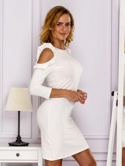 Ecru sukienka z wycięciami na ramionach                              zdj.                              3