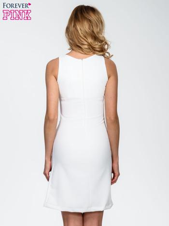 Ecru sukienka z wycięciem na dekolcie                                  zdj.                                  4