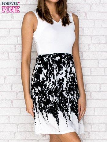 Ecru sukienka z wzorzystym dołem                                  zdj.                                  3