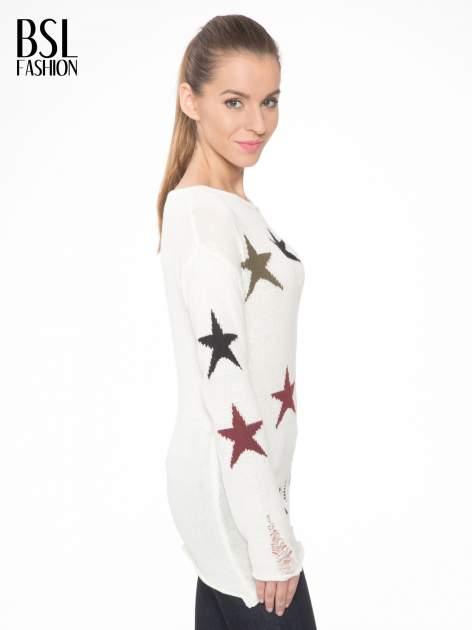 Ecru sweter w gwiazdy z efektem destroyed                                  zdj.                                  3