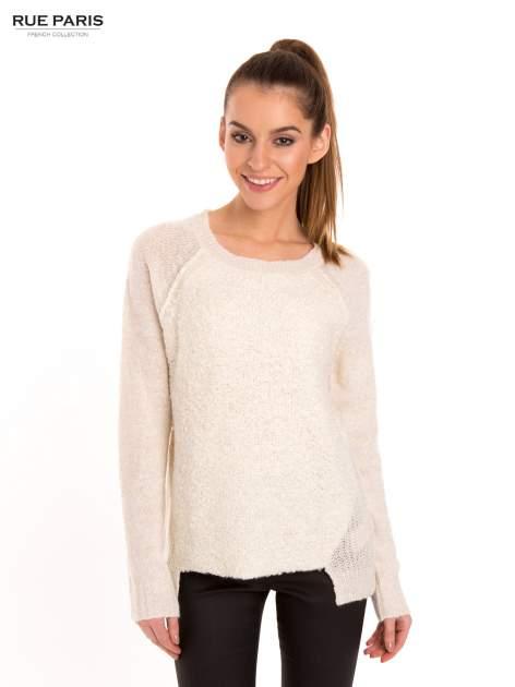 Ecru sweter z dłuższym tyłem                                  zdj.                                  1