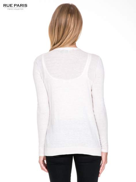 Ecru sweterek kardigan o kaskadowym fasonie                                  zdj.                                  4