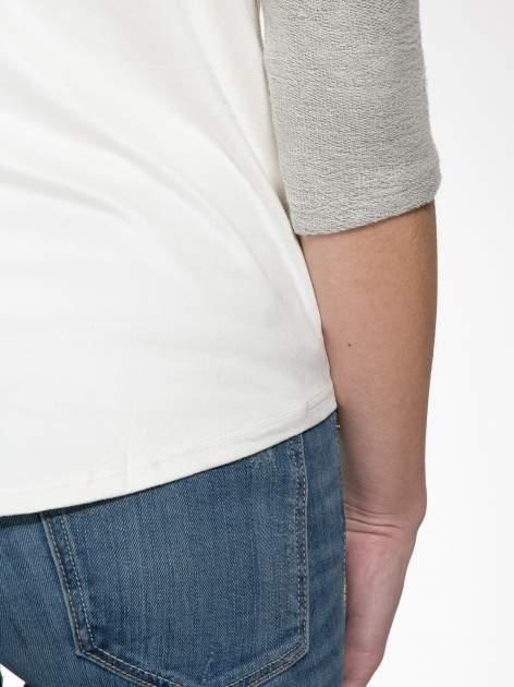 Ecru-szara bluzka z dekoltem zdobionym dżetami                                  zdj.                                  8