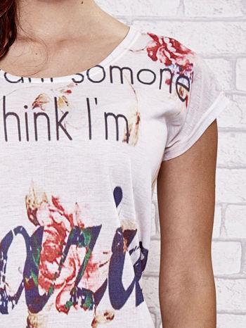 Ecru t-shirt kwiatowy z napisem AMAZING                                  zdj.                                  5