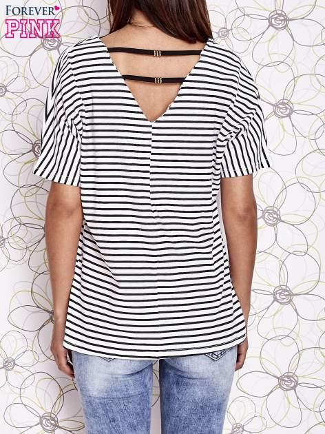 Ecru t-shirt w paski z ozdobnym dekoltem na plecach                                  zdj.                                  2
