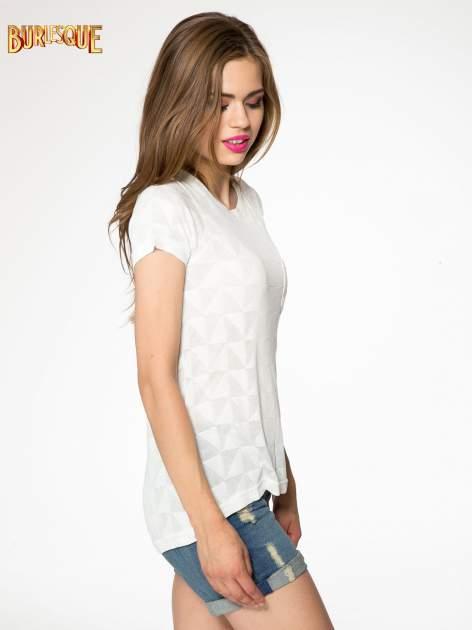 Ecru t-shirt z ażurowymi przeszyciami i kieszonką                                  zdj.                                  3