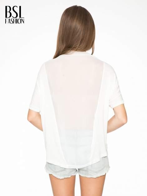 Ecru t-shirt z frędzlami i siateczkowym tyłem                                  zdj.                                  4