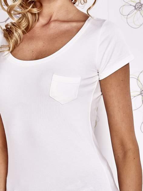 Ecru t-shirt z kieszonką i koronkowym tyłem                                  zdj.                                  5