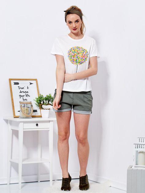 Ecru t-shirt z kolorowym nadrukiem i perełkami                              zdj.                              4