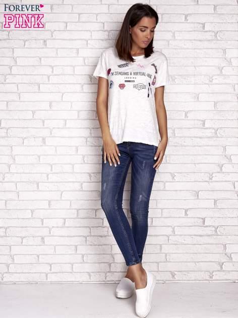 Ecru t-shirt z kolorowymi naszywkami i napisem                                  zdj.                                  2