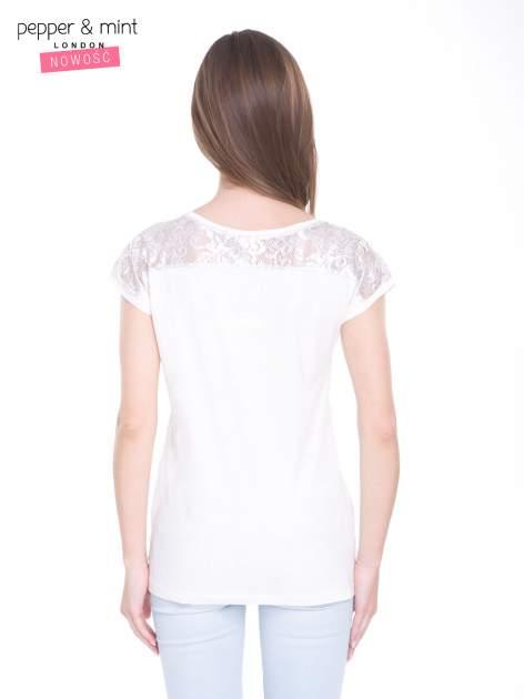 Ecru t-shirt z metalicznym nadrukiem HARD i koronkową wstawką z tyłu                                  zdj.                                  4