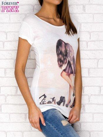 Ecru t-shirt z nadrukiem dziewczyny                              zdj.                              3