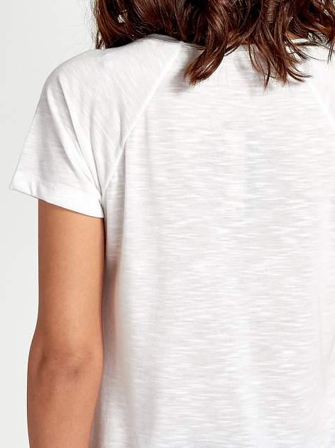 Ecru t-shirt z nadrukiem pejzażu i napisem EXQUISTE z dżetami                                  zdj.                                  6