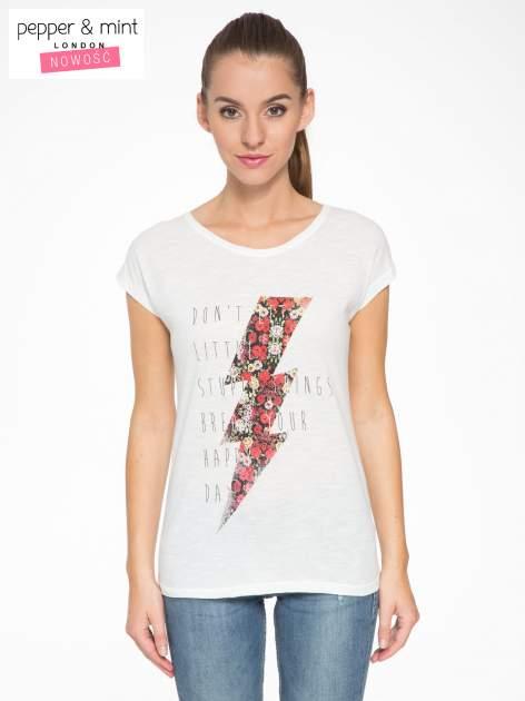 Ecru t-shirt z nadrukiem tekstowym i grzmotem                                  zdj.                                  1