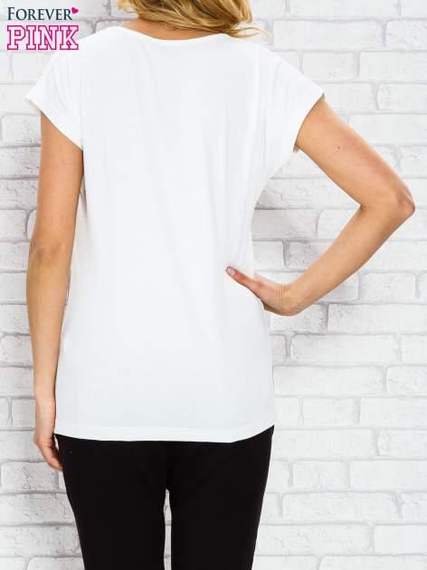 Ecru t-shirt z napisem STYLE IS FOREVER LOVE z dżetami                                  zdj.                                  2