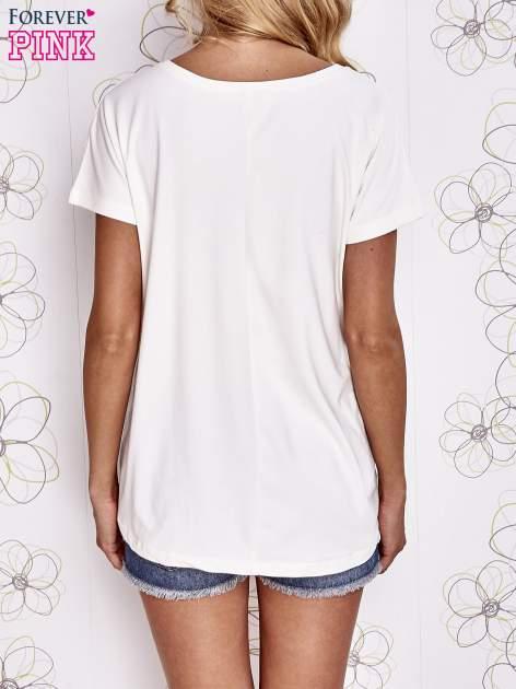 Ecru t-shirt z ozdobnym napisem i kokardą                                  zdj.                                  2