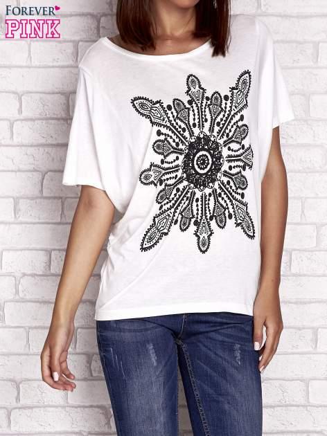 Ecru t-shirt z rękawami typu nietoperz i nadrukiem