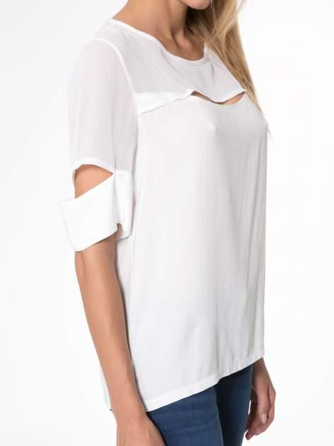 Ecru t-shirt z siateczką i rękawami typu cut out shoulder                                  zdj.                                  6