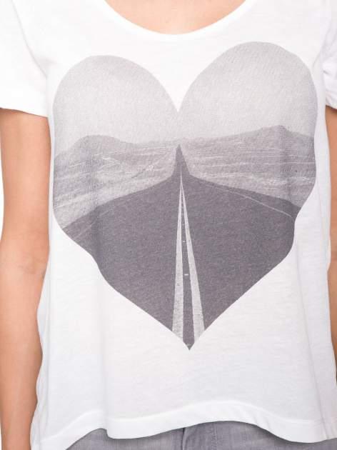 Ecru t-shirt z szarym nadrukiem serca                                  zdj.                                  6