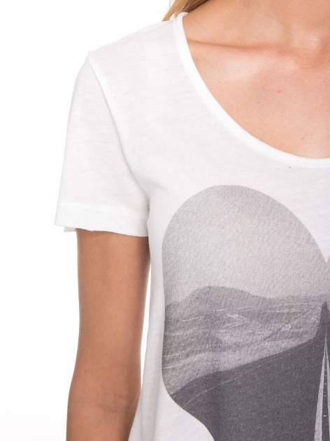 Ecru t-shirt z szarym nadrukiem serca                                  zdj.                                  7