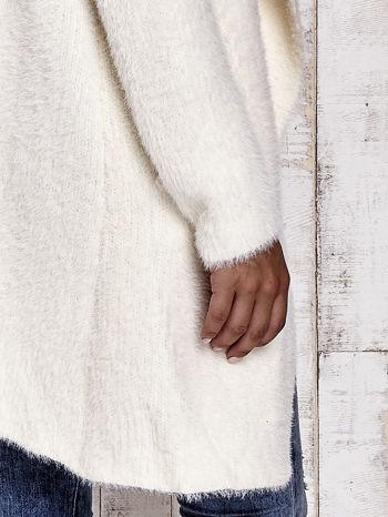 Ecru włochaty sweter z kaskadowym kołnierzem                                  zdj.                                  9