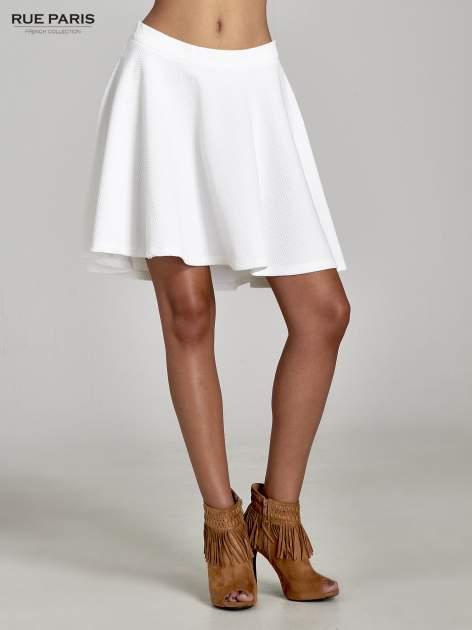 Fakturowana spódnica ecru z plisami i lekko wydłużonym tyłem