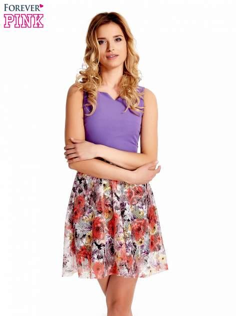 Fioletowa sukienka z kwiatowym dołem