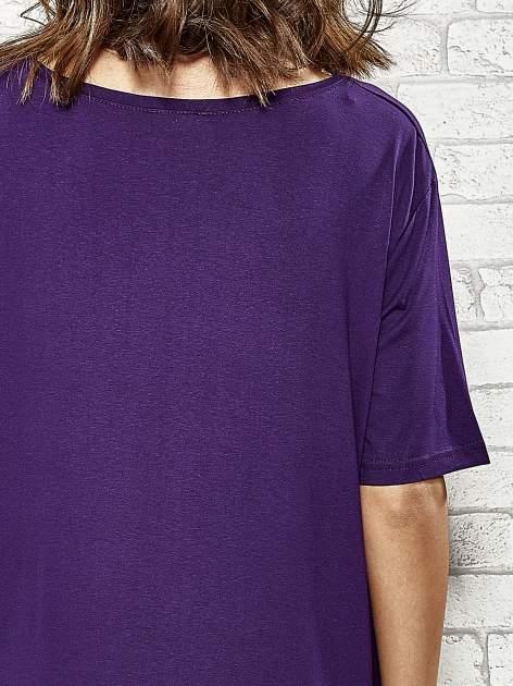 Fioletowa sukienka z wydłużanymi bokami                                  zdj.                                  6