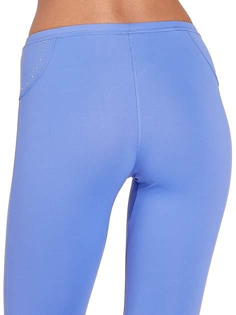 Fioletowe legginsy sportowe termalne z dżetami i ściągaczem                                  zdj.                                  4