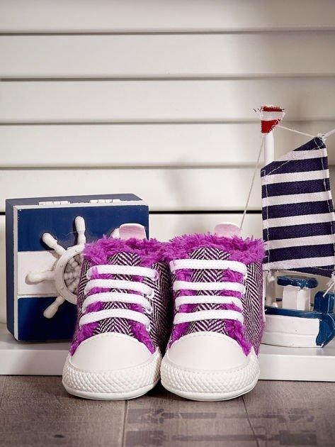Fioletowe ocieplane buciki dziecięce w wzór jodełki                              zdj.                              1