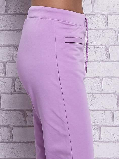 Fioletowe spodnie capri z wszytymi kieszonkami                                  zdj.                                  5