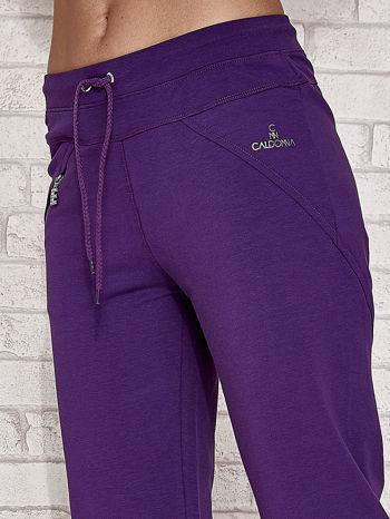Fioletowe spodnie dresowe capri z kieszonką                                  zdj.                                  5