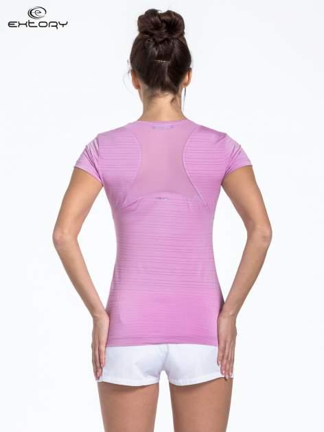 Fioletowy t-shirt sportowy w paseczki                                  zdj.                                  3