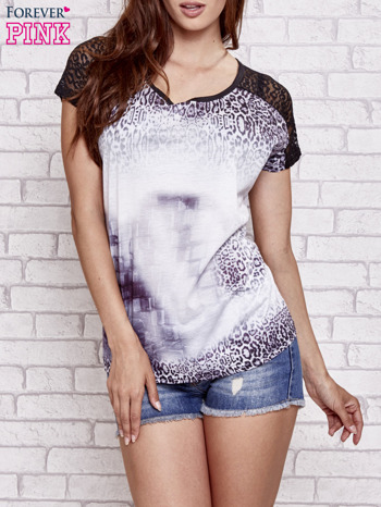 Fioletowy t-shirt w panterkę z koronkowymi rękawami