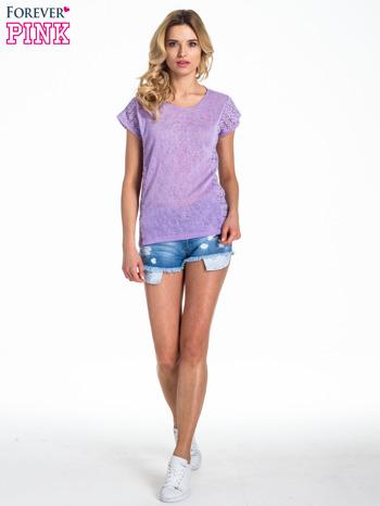 Fioletowy t-shirt z koronkowym tyłem i dżetami                                  zdj.                                  6