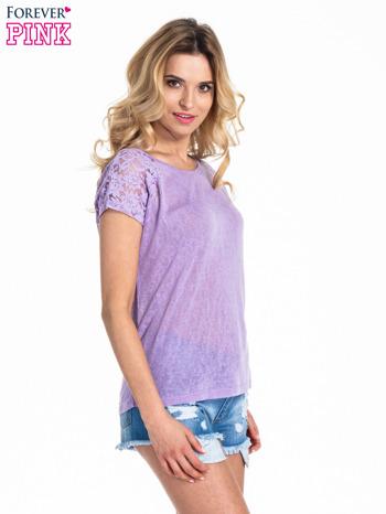 Fioletowy t-shirt z koronkowymi rękawami i gwiazdkami                                  zdj.                                  3