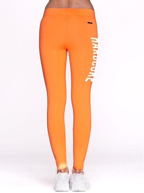 Fluo pomarańczowe legginsy do fitnessu z napisem HARDCORE                              zdj.                              3