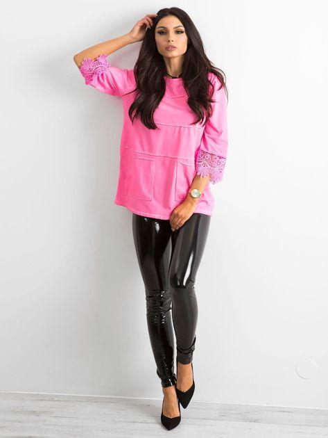 Fluo różowa bluzka z koronką i kieszeniami                              zdj.                              4