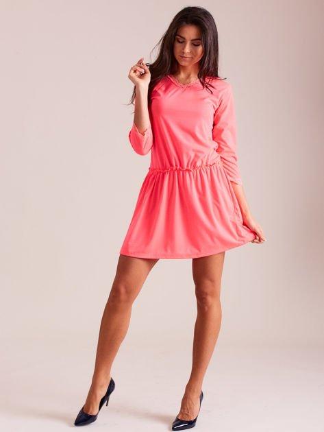 Fluo różowa sukienka z koronką przy dekolcie                              zdj.                              4