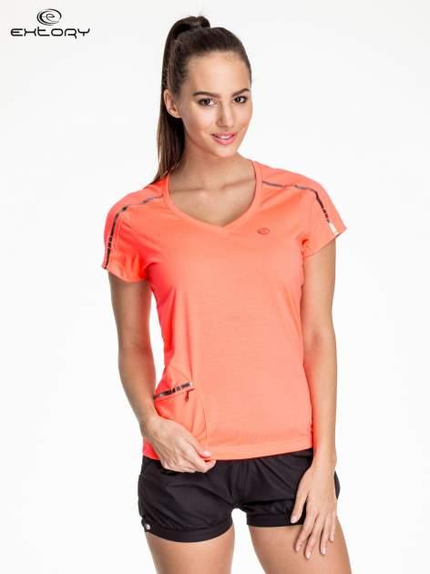Fluoróżowy t-shirt sportowy z kieszonką i metalicznym nadrukiem